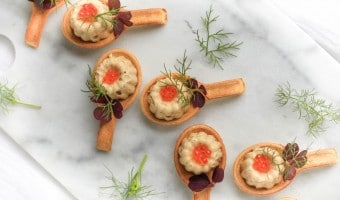 Opskrift på tunmousse serveret i små spiselige skeer