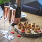 Kanapeer med hjemmerørt gedeost og kantareller – perfekte til Valentinsdag