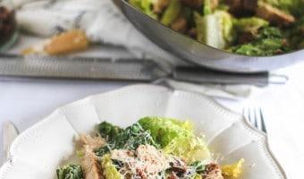 Verdens bedste cæsar salat og hemmeligheden bag en velstegt kyllingebrystfilet
