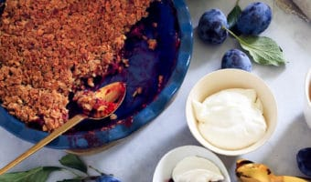 Blomme crumble med lakrids