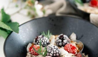 Nem og sund morgenmad med overnight chiagrød og frosne bær