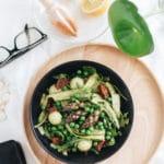 Aspargessalat med stegt chorizo, ærter og pesto