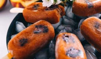 Sunde fersken ispinde med brombær