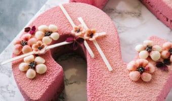 Number cake med passionsfrugt mousse, chokolade blomster og velvet spray