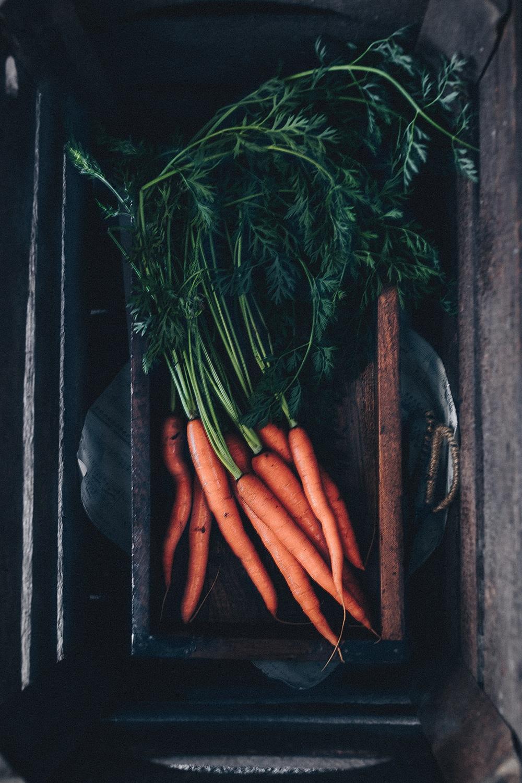 gulerodssalat med hvidløg og valnødder, råkost, gulerødder