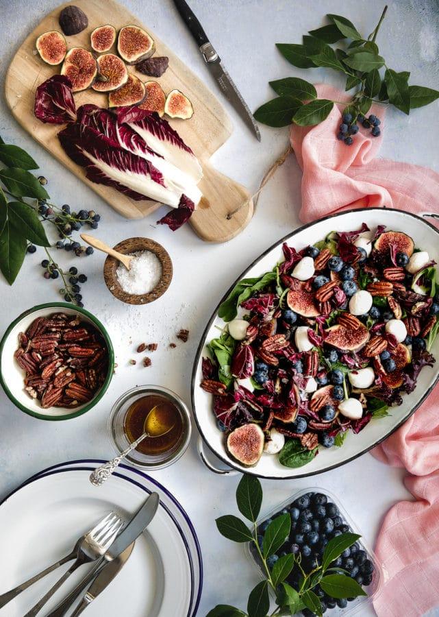 Salat med figner, blåbær og nødder