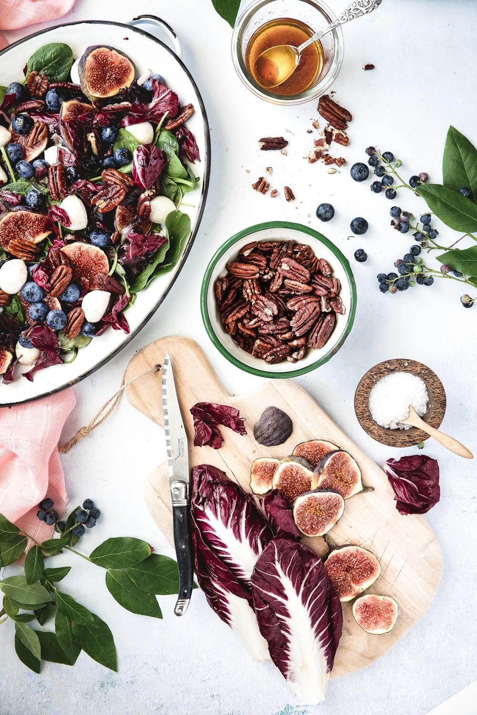 salat med figner, radicchio, mozzarella, nødder, blåbær
