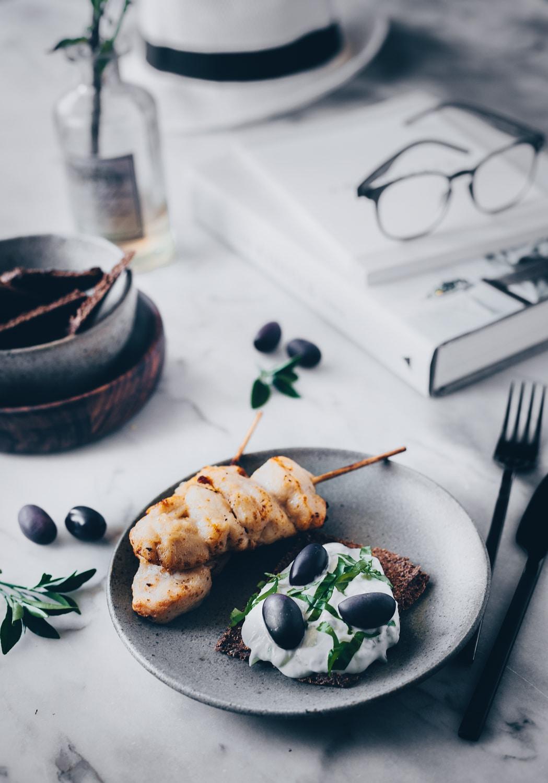 tilbehør, tzatziki opskrift, tilbehør til grillmad, dip, hvidløg