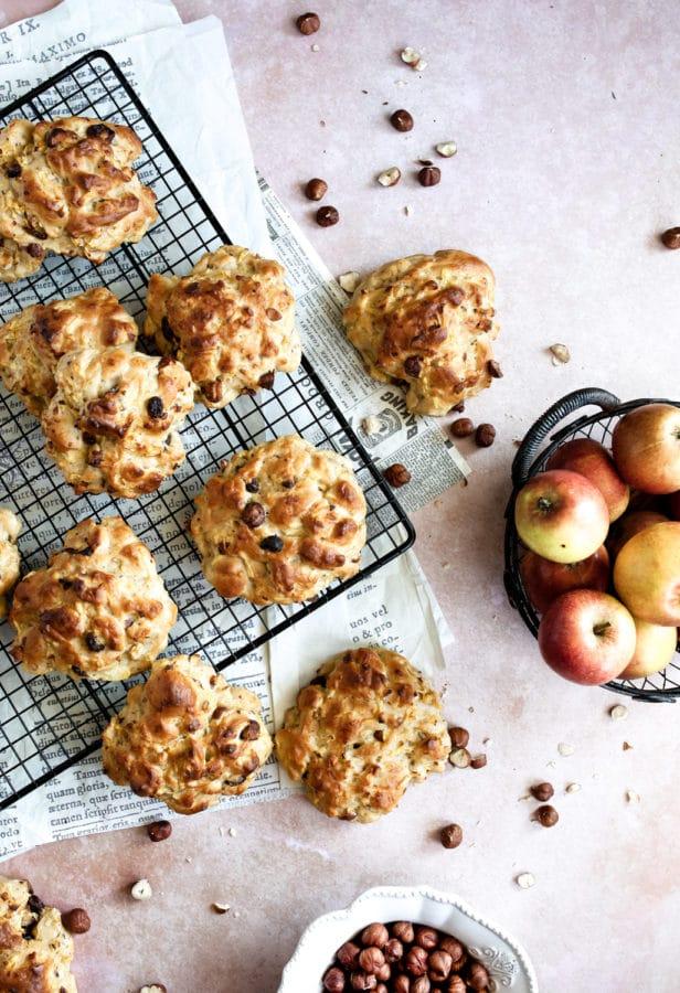 Æblebrud med kanel, rosiner og hasselnødder